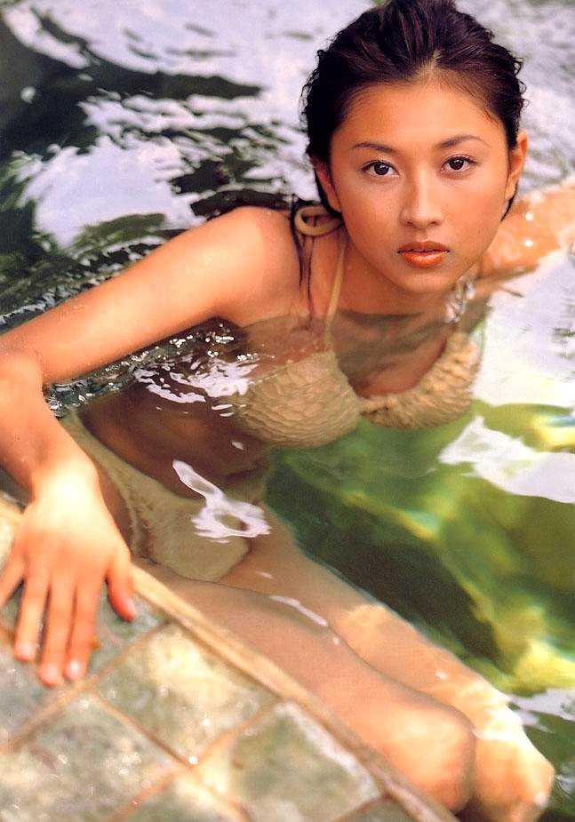 水中に浮かんだ菊川怜の水着画像